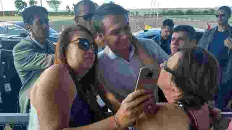 Valdeneide Nogueira (à esq.) e sua irmã, Valderez, tiraram fotos e abraçaram o presidente - Arquivo pessoal