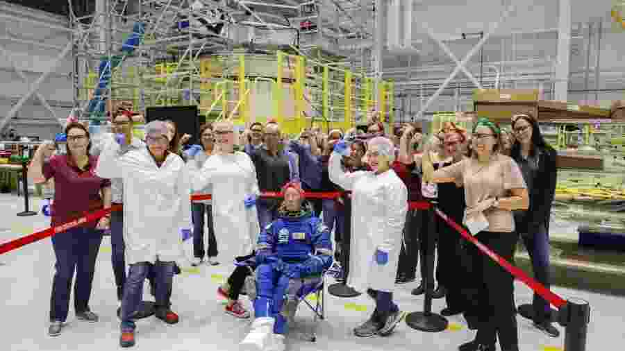 """Manequim """"Rosie, a Fogueteira"""" """"posa"""" com equipe de engenheiras da Boeing - Divulgação/Twitter Boeing Space"""