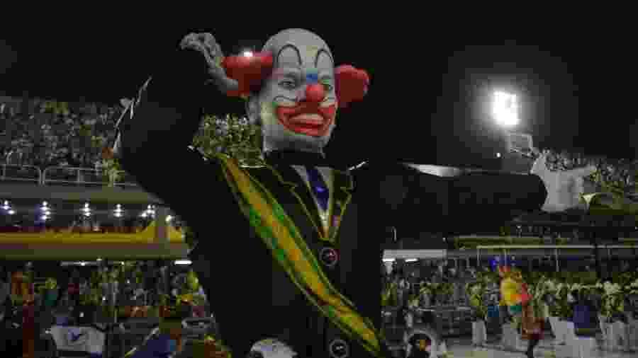 Carro da Acadêmicos de Vigário Geral trouxe um boneco crítico ao presidente Jair Bolsonaro (sem partido) - LUIZ GOMES/ ESTADÃO CONTEÚDO