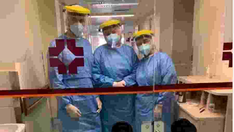 Camila com colegas, paramentada para atender pacientes com coronavírus na UTI - Arquivo pessoal