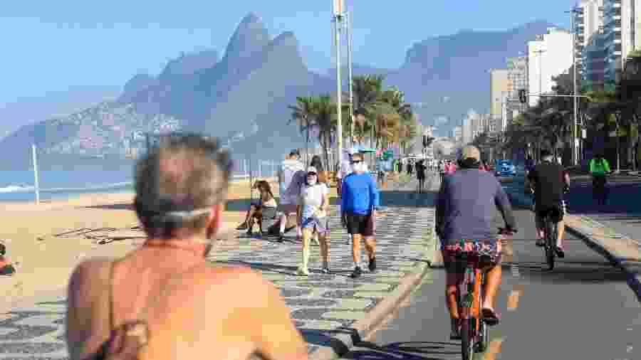 31.mai.2020 - Movimentação no calçadão da Praia de Ipanema, na zona sul do Rio de Janeiro - Ellan Lustosa/Código19/Estadão Conteúdo