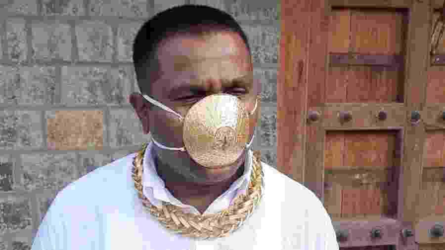 A máscara de ouro de Shankar Kurade tem furos para que ele possa respirar - Reprodução/Twitter/@moni_tiwari