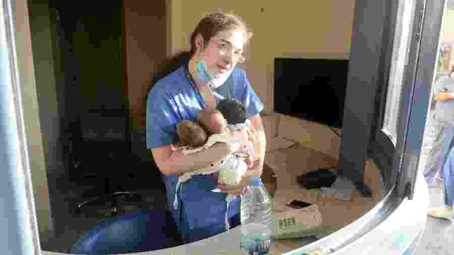 Enfermeira segura bebês em hospital após explosão em Beirute, no Líbano - Xinhua/Bilal Jawich