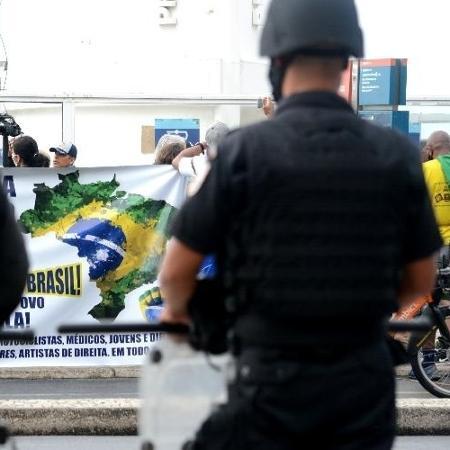 8.jun.2020 - PMs em ato bolsonarista em Copacabana - JORGE HELY/FRAMEPHOTO/FRAMEPHOTO/ESTADÃO CONTEÚDO