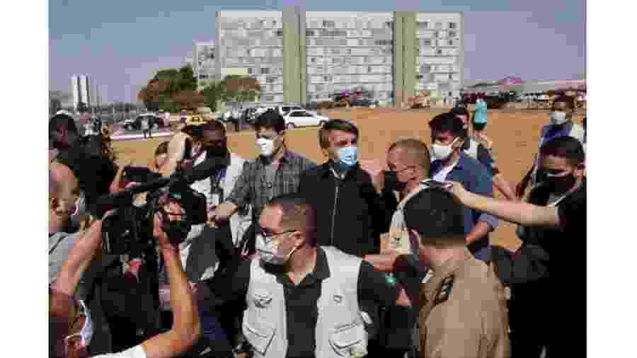 Jair Bolsonaro entre ambulantes em frente á Catedral de Brasília: porradas na democracia - Pedro Ladeira/Folhapress