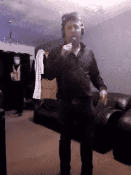 Cover de Elvis estava cantando quando foi detido pela polícia - Reprodução/Facebook/Dean Holland