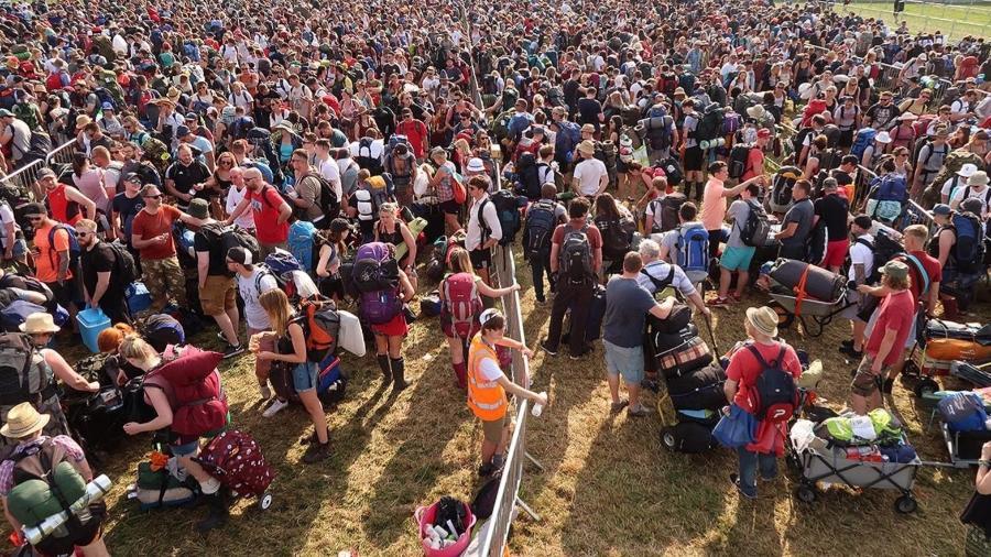 O público do Glastonbury aguarda pacientemente na fila para participar do festival de música - Getty Images