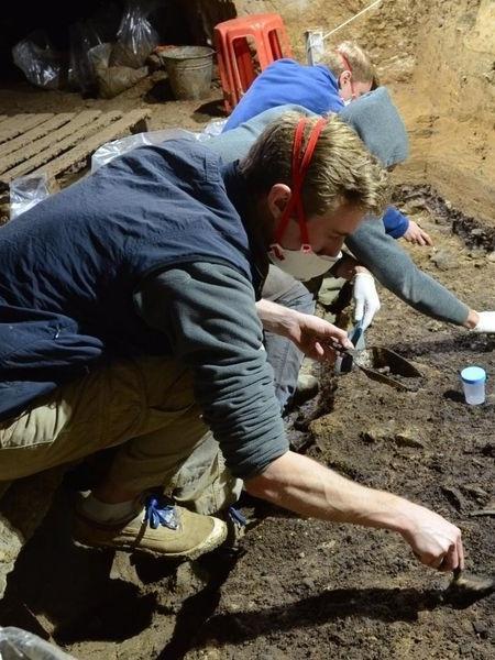 Escavações na Caverna Bacho Kiro, na Bulgária, descobriram ossos humanos antigos, juntamente com ferramentas de pedra, ossos de animais, ferramentas de osso e pingentes - Tsenka Tsanova/Smithsonian