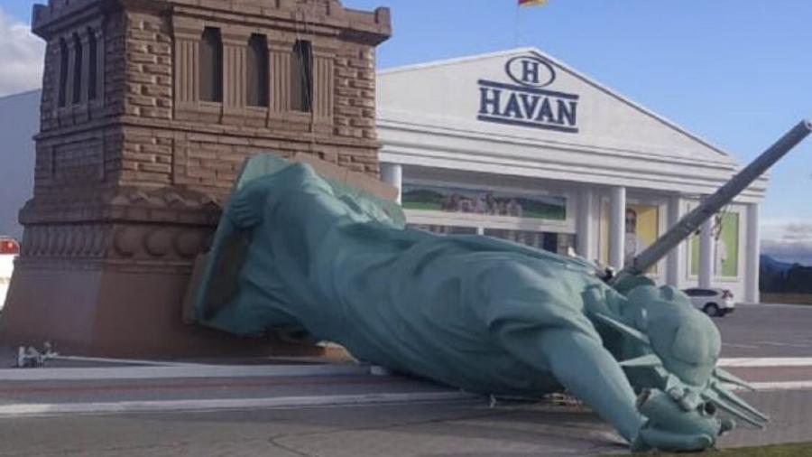 Estátua da Havan cai em Capão da Canoa (RS) - Reprodução/Twitter