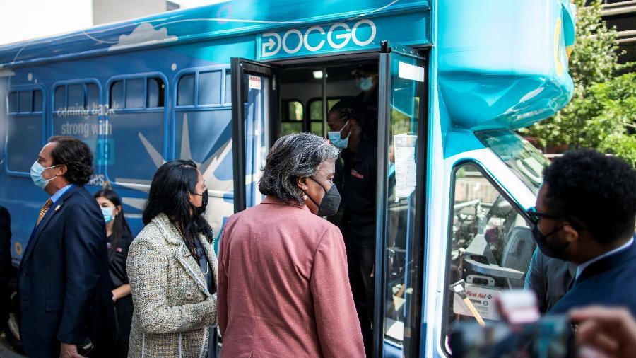 Embaixadora dos EUA na ONU, Linda Thomas-Greenfield, entra em ônibus para ser submetida a teste da Covid em frente à sede da ONU, em NY - Eduardo Munoz/Reuters