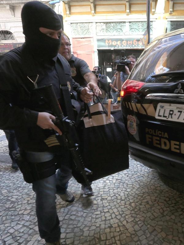 28.jul.2015 - Policiais federais saem com malotes do prédio da Eletronuclear, no centro do Rio de Janeiro, durante a 16ª fase da Operação Lava Jato