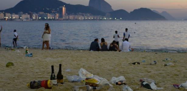 Lixo deixado pela população se acumula na areia da praia de Copacabana