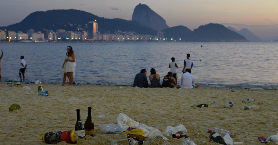 1º.jan.2016 - Após o tradicional Réveillon de Copacabana, no Rio de Janeiro, lixo deixado pela população se acumula na areia da praia
