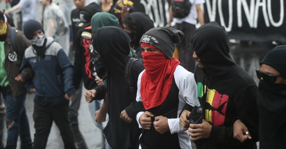 14.jan.2016 - Jovens cobrem o rosto durante ato contra o aumento da tarifa do transporte público, no largo da Batata, em Pinheiros, zona oeste de São Paulo. Dois grupos fazem protestos simultâneos, um centro da capital paulista outro na zona oeste