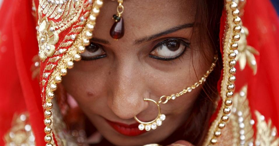 22.jan.2016 - Uma muçulmana acompanha uma cerimônia de casamento em massa na cidade de Ahmedabad, na Índia. Seguidores da religião de várias partes do município fizeram seus votos nesta sexta durante um evento feito por uma organização voluntária muçulmana