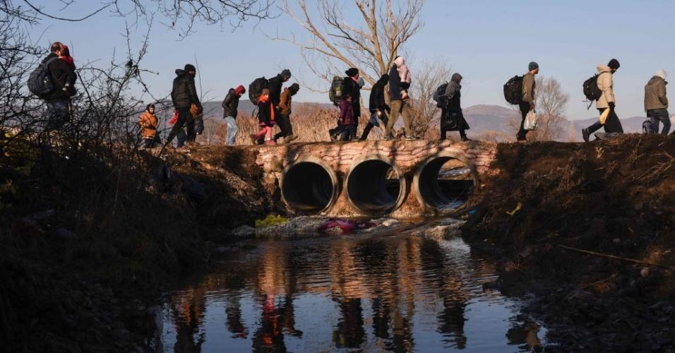30.jan.2016 - Imigrantes e refugiados caminham perto da vila de Miratovac, após chegarem à Servia pela fronteira com a Macedônia, neste sábado (30). Mais de um milhão de pessoas chegaram à Europa no ano passado, a maioria fugindo da guerra na Síria