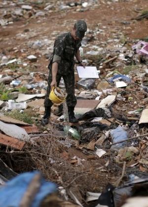 Soldado remove água parada em ação de combate ao Aedes