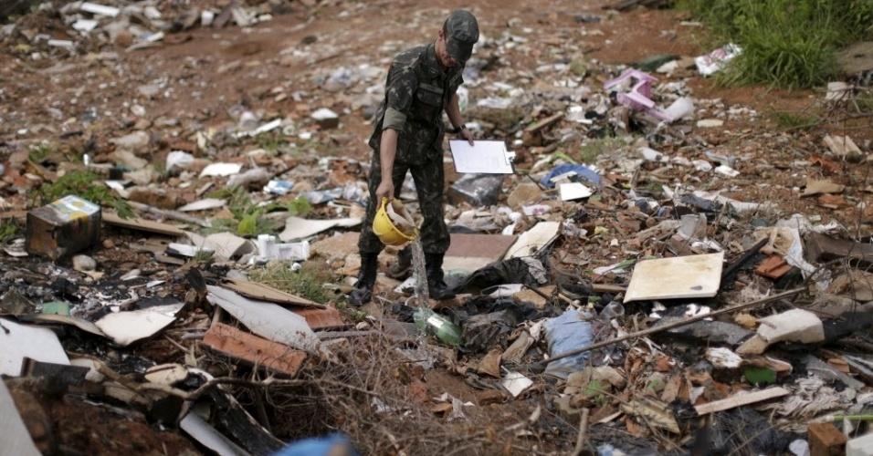 Soldado brasileiro no combate ao ?Aedes aegypti? remove água parada de dejetos em terreno abandonado de Brasília (DF)