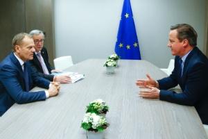 O primeiro-ministro britânico David Cameron (à dir.) se reune com Donald Tusk (à esq.), presidente do Conselho Europeu, e Jean Claude Juncker, presidente da Comissão Europeia, em Bruxelas (Bélgica)