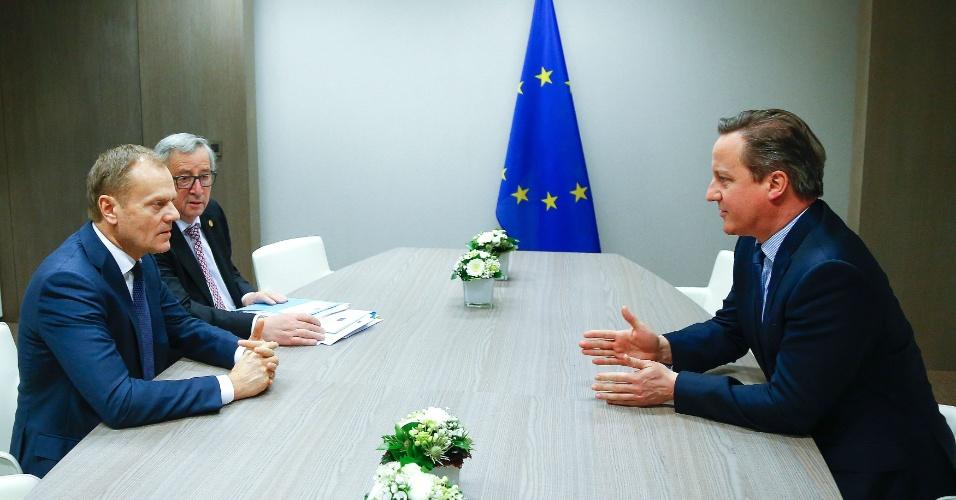 """19.fev.2016 - O primeiro-ministro britânico David Cameron (à dir.) participa de reunião com Donald Tusk (à esq.), presidente do Conselho Europeu, e Jean Claude Juncker, presidente da Comissão Europeia, em Bruxelas, na Bélgica. Tusk afirmou, já durante a madrugada desta sexta-feira (19), que foi possível obter """"certo progresso"""" nas negociações com o Reino Unido, mas ponderou que ainda há """"muito que fazer"""" antes de dar por fechado um acordo com Londres para facilitar a permanência do país no bloco"""