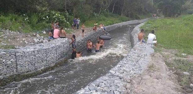 Moradores de Ribeirão Pires nadam em canal da transposição de água da Billings para o Sistema Alto Tietê, principal obra contra contra a crise hídrica em SP em 2015