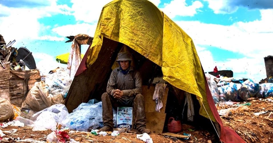12.mar.2016 - Trabalhadores improvisam barracos para descansar e guardar seus materiais recolhidos no lixo