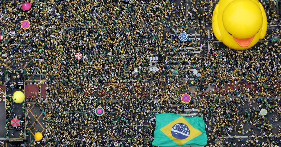 Manifestantes fazem ato contra o governo Dilma Rousseff na avenida Paulista, região central de São Paulo. Protestos contra Dilma acontecem em vários Estados e pedem o impeachment da presidente e a prisão do ex-presidente Luiz Inácio Lula da Silva, investigado pela Operação Lava Jato