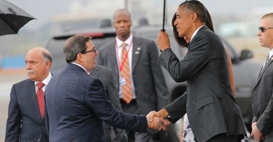 20.mar.2016 - Presidente dos EUA, Barack Obama, é recebido no aeroporto internacional de Havana pelo chanceler cubano, Bruno Rodríguez. Esta é a primeira visita de um presidente americano ao país em 88 anos