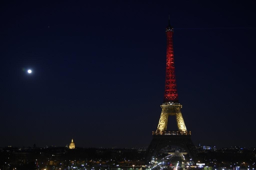22.mar.2016 - Torre Eiffel, em Paris, na França, é iluminada com as cores da bandeira da Bélgica, em homenagem às vítimas dos atentados terroristas em Bruxelas. Mais de 30 pessoas morreram e cerca de 100 ficaram feridas após três explosões no aeroporto e metrô