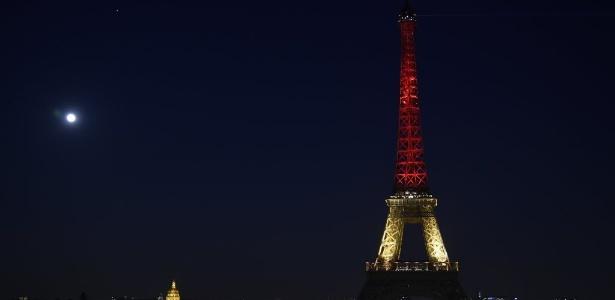 Torre Eiffel é iluminada com cores da Bélgica; veja mais homenagens - Lionel Bonaventure/ AFP