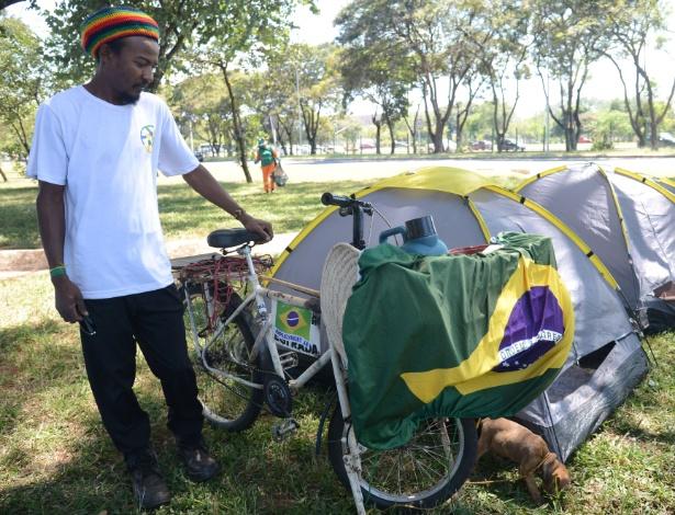 Zé Augusto veio de Altamira no Pará de bicicleta participar do acampamento no Parque da Cidade, em Brasília, que defende o afastamento da presidente Dilma Rousseff