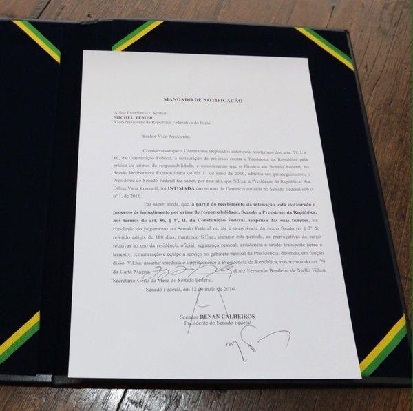 12.mai.2016 - O vice-presidente Michel Temer (PMDB) recebeu a notificação do senador Vicentinho Alves (PR-TO), primeiro-secretário da Mesa Diretora do Senado. Temer se torna presidente interino durante o afastamento de Dilma Rousseff