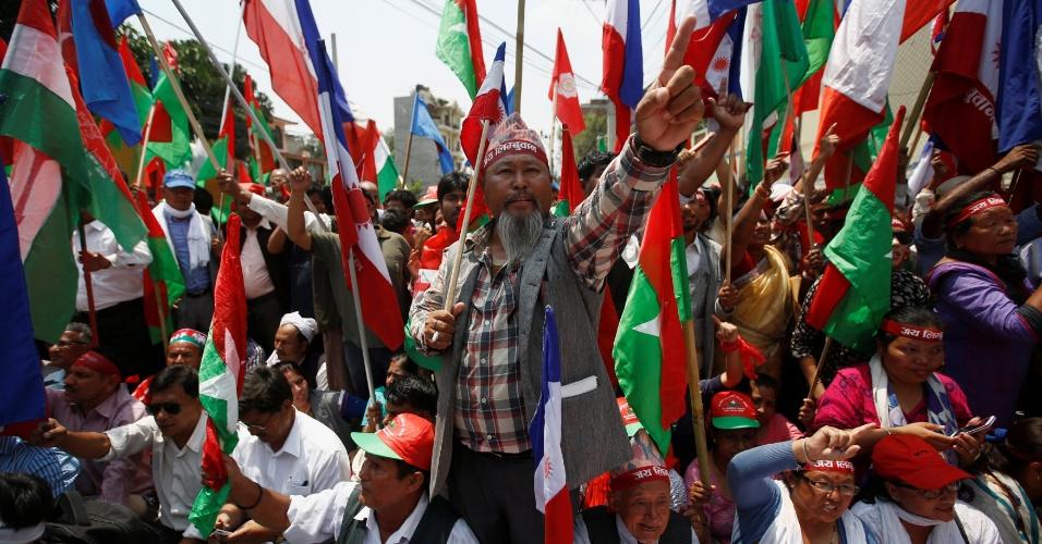 17.mai.2016 - Apoiadores da Aliança Federal, coalizão de partidos e organizações sociais minoritárias, protestam em Katmandu, capital do Nepal, contra propostas de mudanças na constituição do país