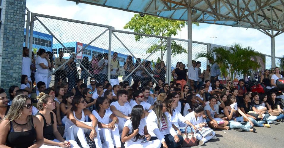 20.mai.2016 - Alunos da Faculdade de Ciência e Tecnologia, em Salvador, protestaram em frente ao campus da instituição, pedindo mais segurança, após o assalto que ocorreu no local na noite de quinta-feira (19). Os assaltantes levaram joias, notebooks e celulares dos alunos. A polícia foi chamada. Não há registro de feridos