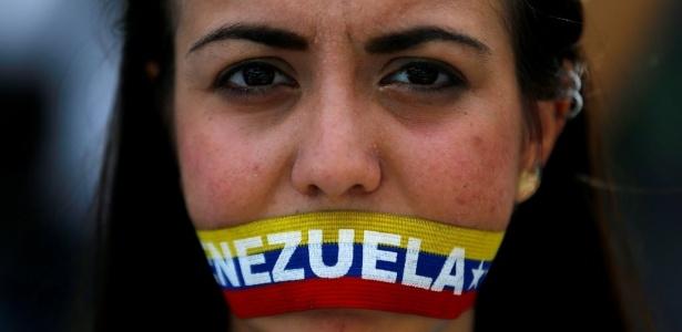 7.jun.2016 - Mulher participa de protesto da oposição para exigir referendo para tirar o presidente socialista Nicolás Maduro, em Caracas, na Venezuela - Ivan Alvarado/ Reuters