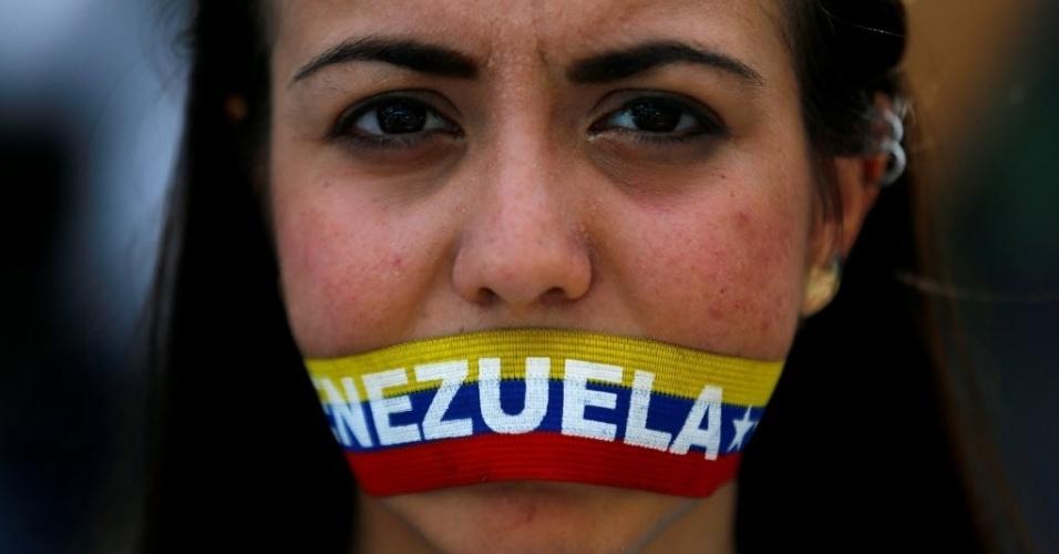 7.jun.2016 - Mulher participa de protesto da oposição para exigir um referendo revogatório para retirar o presidente socialista Nicolás Maduro, em Caracas, na Venezuela