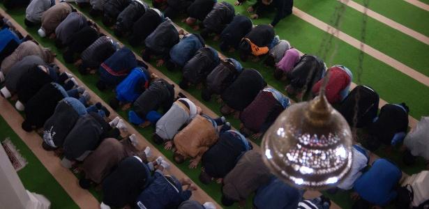 10.jun.2016 - Muçulmanos na Mesquita Brasil, no bairro paulistano do Cambuci