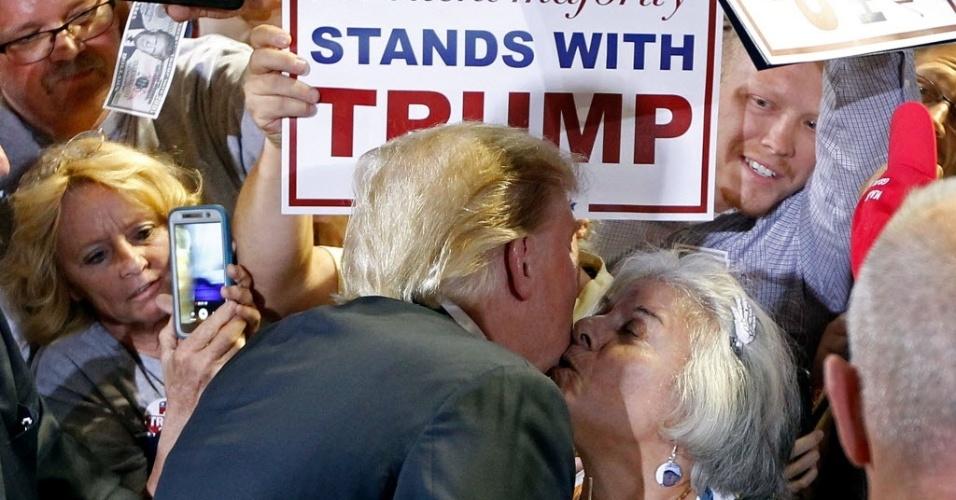 18.jun.2016 - Donald Trump, candidato republicano às eleições presidenciais americanas, é surpreendido com beijo ousado de eleitora durante comício de campanha em Phoenix, Arizona (EUA). É a quarta vez que o republicano visitou o Estado desde o início da corrida presidencial