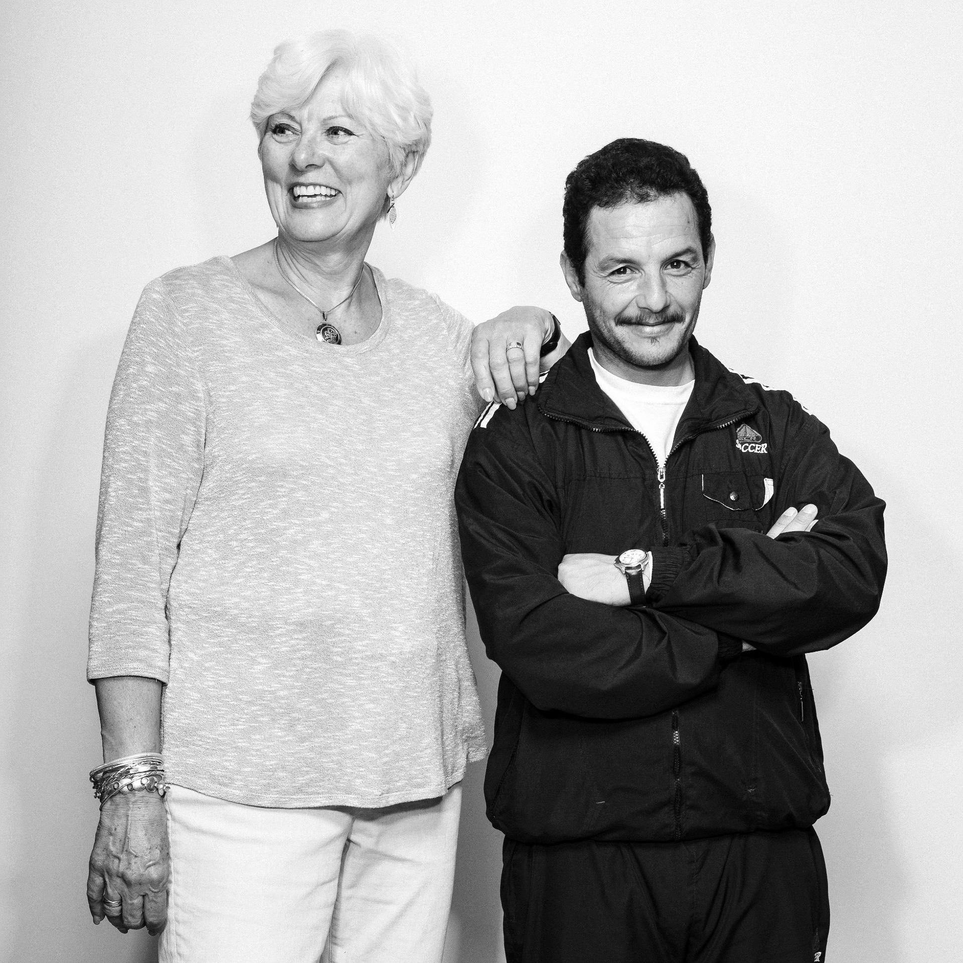 21.mai.2016 - Jan Dowler (esq.) é a patrocinadora canadense que ajuda Mouhamad Ahmed, que passou anos em um campo de refugiados no Líbano com sua família