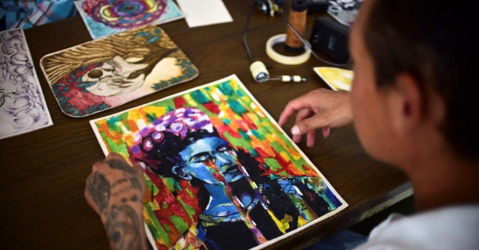 29.jul.2016 - O projeto oferece aulas de pintura e desenho para os detentos
