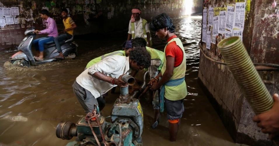 30.jul.2016 - Funcionários municipais usam um motor para bombear água de rua inundada na cidade de Gurgaon, na Índia. Autoridades da Índia tentam resgatar milhares de pessoas que ficaram ilhadas em vilas inundadas, após uma semana de fortes chuvas deixar pelo menos 52 mortos