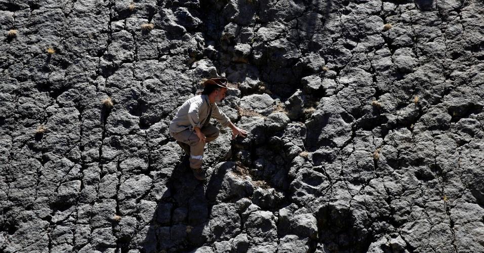 17.ago.2016 - O paleontólogo Sebastian Apesteguia encosta e analisa a pegada de dinossauro encontrada na cratera de Maragua, na Bolívia. A pegada seria de um dinossauro terópode Abelissauro, um predador de 15 metros de altura