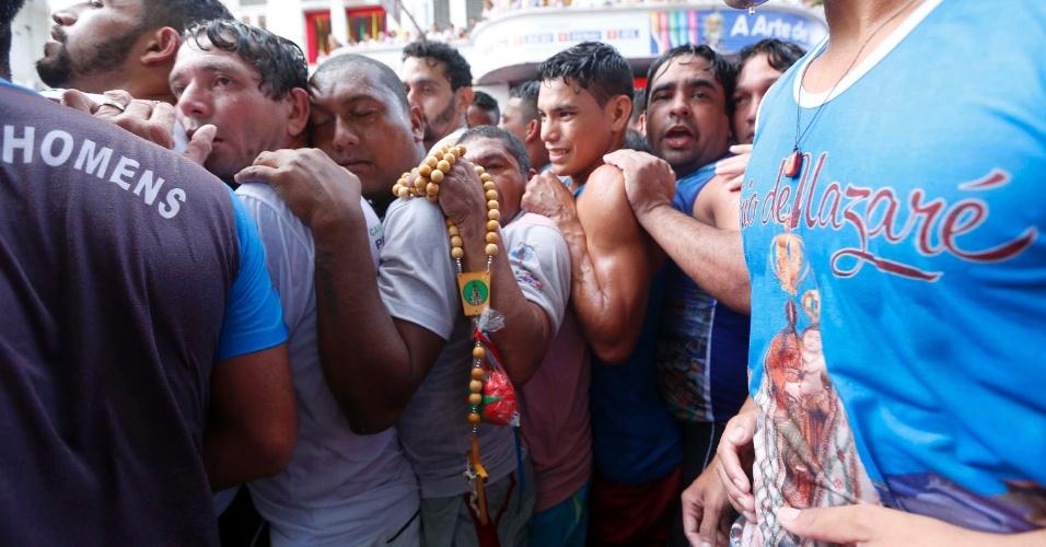 9.out.2016 - Milhares de devotos se espremem durante a procissão do Círio de Nazaré, neste domingo (9), pelas ruas de Belém (PA)