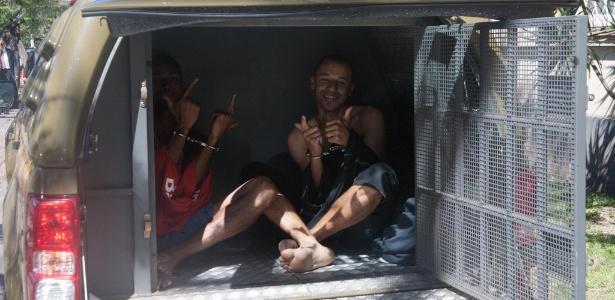 Presos sorriem dentro de viatura. Sem vagas nos presídios gaúchos, detentos em Porto Alegre estão sendo mantidos sob custódia dentro de carros e ônibus da Polícia Militar