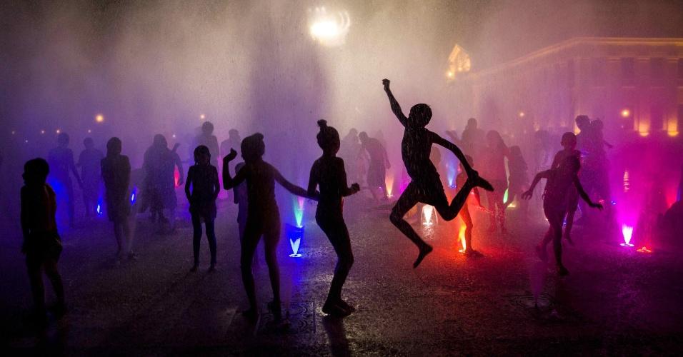 15.dez.2016 - Crianças brincam na fonte luminosa da Praça 22 de Agosto, em Manágua (Nicarágua)