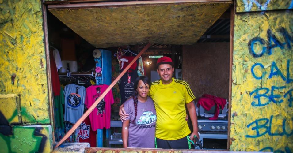 26.jan.2017 - O casal Carlos Eduardo dos Santos Sabará, 34, e Elzilene Aguiar Rodrigues, 33, em seu barraco na ocupação do núcleo Lamartine, no Jardim Santo André, em Santo André (ABC paulista)