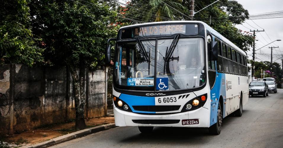 17.mar.2017 - A única linha de ônibus que entra no bairo é a 6L11-10 - Ilha do Bororé/Terminal Grajaú. Os veículos passam a cada meia hora pelos pontos