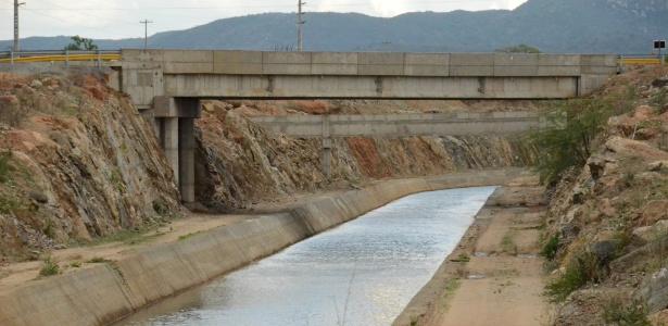 17.mar.2017 - Canal do eixo leste da transposição do rio São Francisco, em Sertânia (PE)