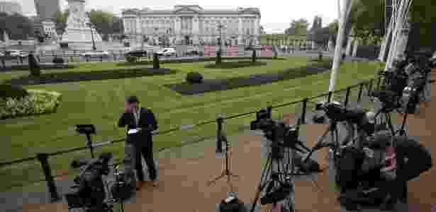 Jornalistas posicionam-se em frente o Palácio de Buckingham após anúncio de reunião - Daniel Leal-Olivas/AFP