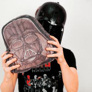 A almofada Darth Vader, personagem da série Star Wars, vendida no site Nerd Universe - Divulgação